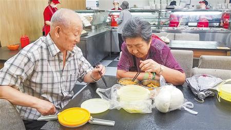 """老年人的""""幸福驿站""""——嘉峪关市推进居家和社区养老服务改革纪略(图)"""