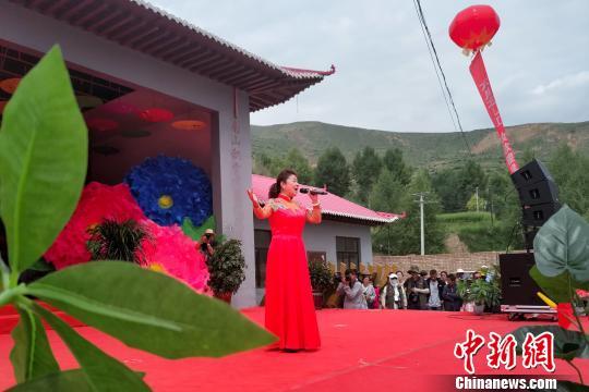 """图为""""花儿""""青海省级非物质文化遗产传承人张存秀在17日的瞿昙寺花儿会上演唱, 鲁丹阳 摄"""