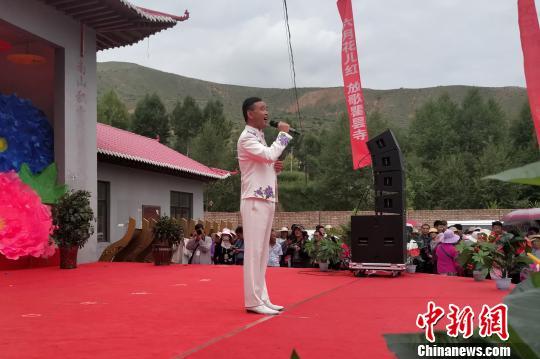 图为花儿歌手刘启元在17日的瞿昙寺花儿会上演唱, 鲁丹阳 摄