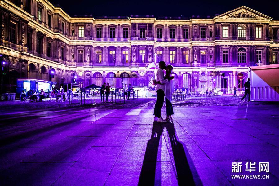 """巴黎:卢浮宫前的""""露天电影院"""""""
