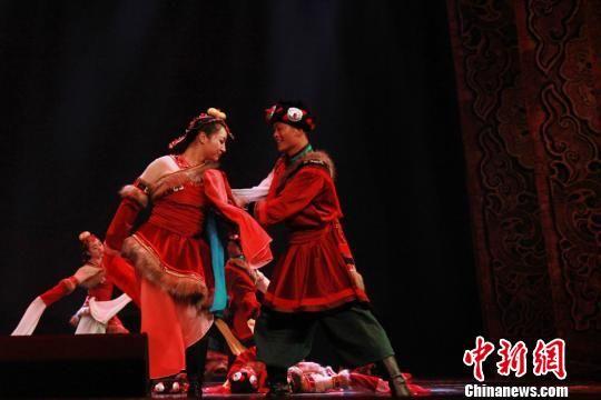 图为舞者身着绚丽的藏族服饰。 徐雪 摄