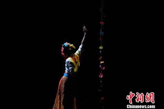 图为藏族舞蹈表演。 徐雪 摄