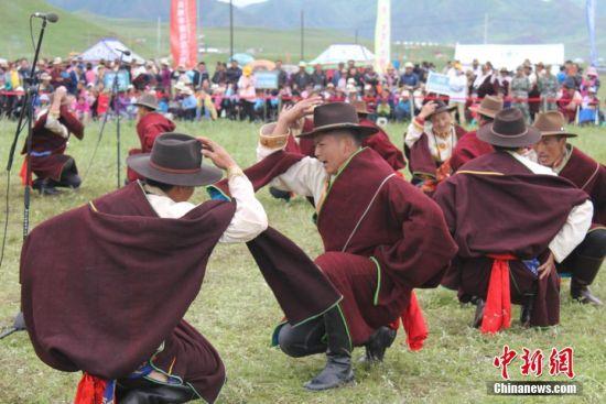 甘肃夏河县藏族民众以此方式传承着浸透了雪域高原的风情的则柔文化。徐雪 摄