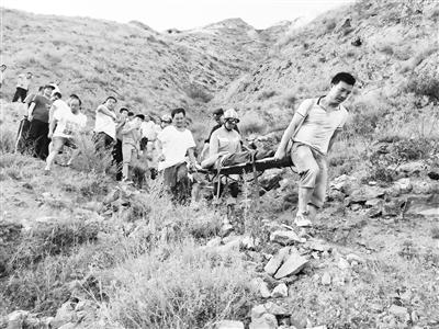 陇南:高中生不慎跌落山崖 消防人员紧急施救