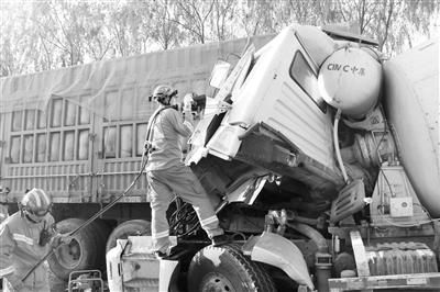 搅拌车追尾大货车司机被困 嘉峪关消防紧急救援