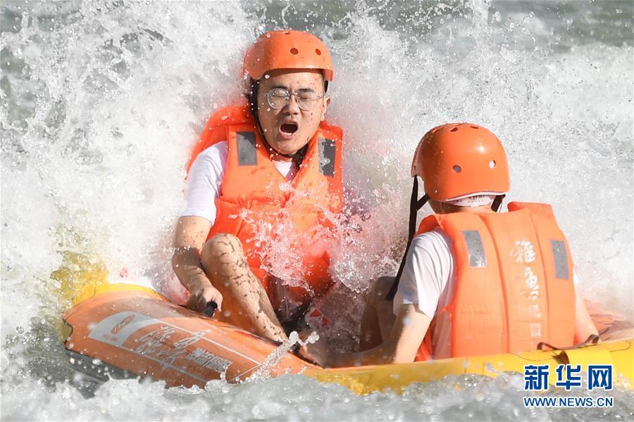 (社会)(2)浙江桐庐:清凉避暑 峡谷漂流
