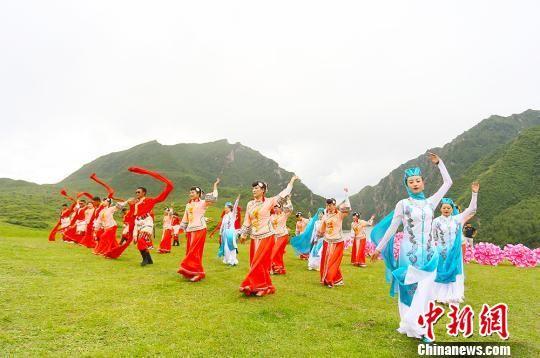 """甘肃甘南民众歌舞中""""活态""""传承古老藏文化"""