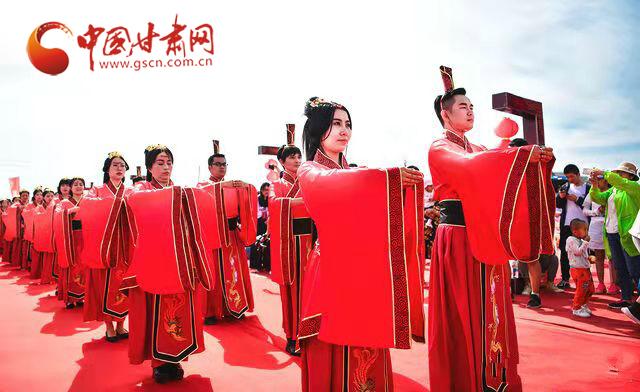 """兰州新区70对新人举行""""汉唐风""""集体婚礼 弘扬传统文化"""