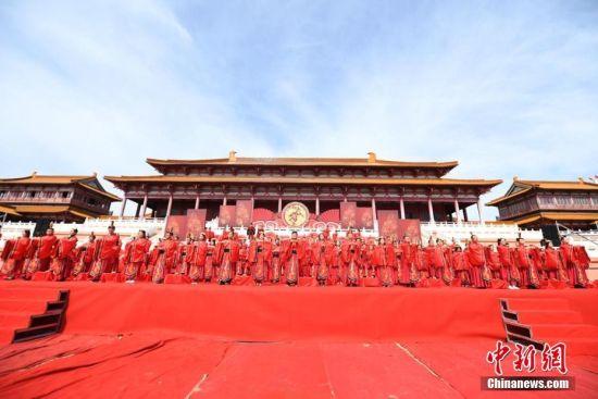 集体婚礼在兰州新区长城西部影视城大明宫举行。 杨艳敏 摄