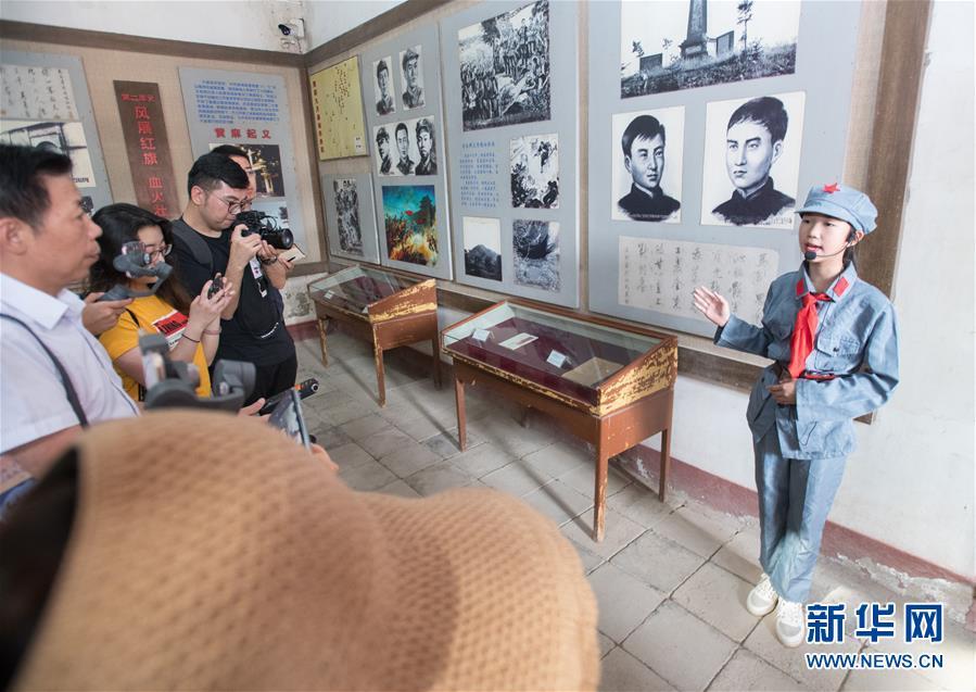 """(壮丽70年·奋斗新时代——记者再走长征路·图文互动)(1)""""小小讲解员""""传递革命精神"""
