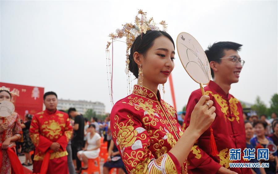 (社会)(2)河北黄骅:浪漫七夕结良缘 集体婚礼倡节俭