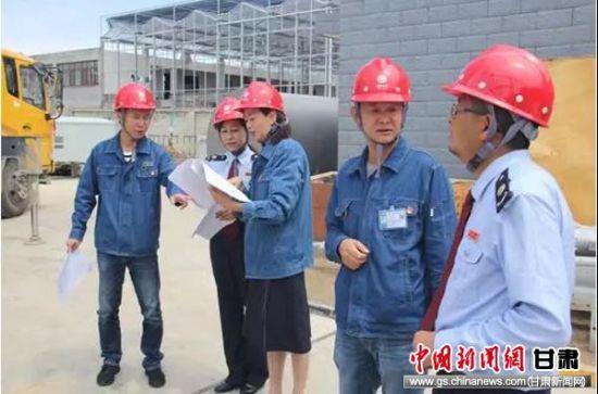 """税务""""项目管家""""在临夏市折桥110千伏变电站2号主变扩建工程施工现场调研。"""