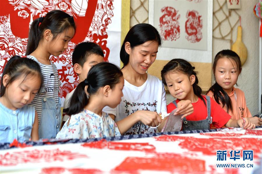(社会)(1)河北磁县:学剪纸过暑假