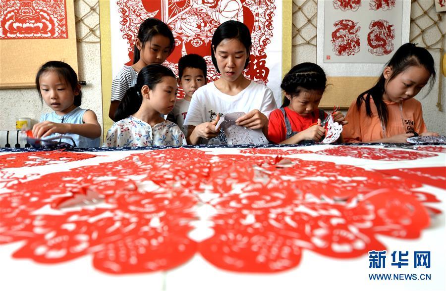 (社会)(3)河北磁县:学剪纸过暑假