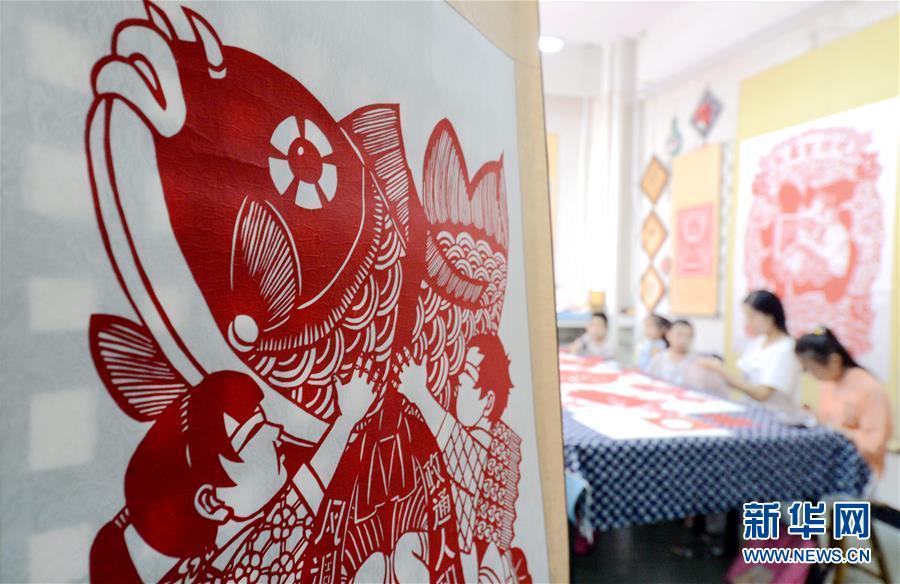 (社会)(4)河北磁县:学剪纸过暑假