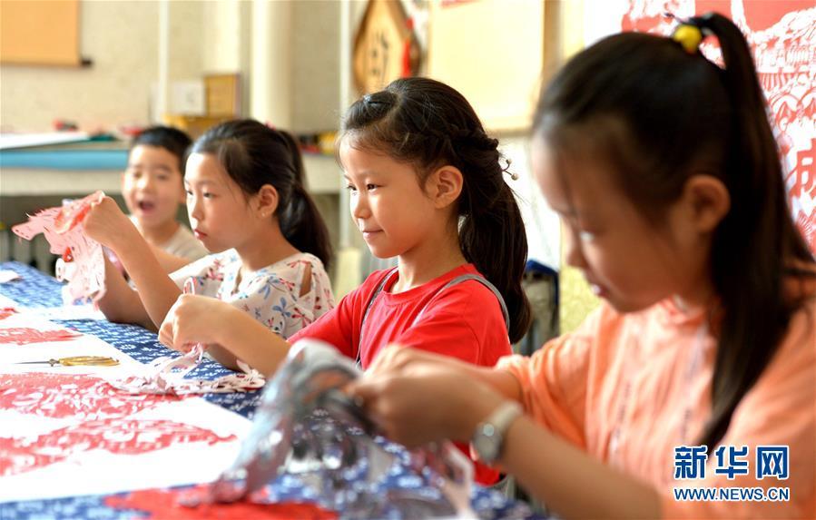 (社会)(5)河北磁县:学剪纸过暑假