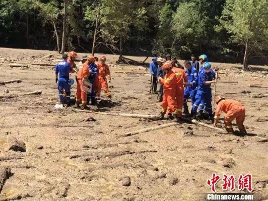 图为7月29日迭部县山洪灾害现场,民间救援队和消防员正在进行清淤。 钟欣 摄