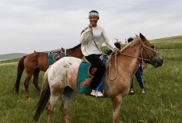 姑娘纵马放声唱