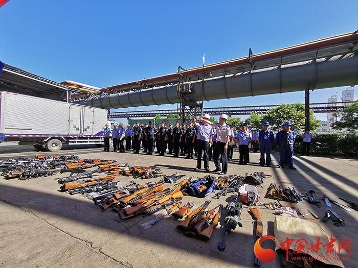 甘肃警方集中销毁枪爆物品(图)