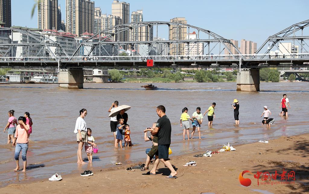 骄阳似火!黄河风情线成兰州市民游客的避暑首选之地(图)