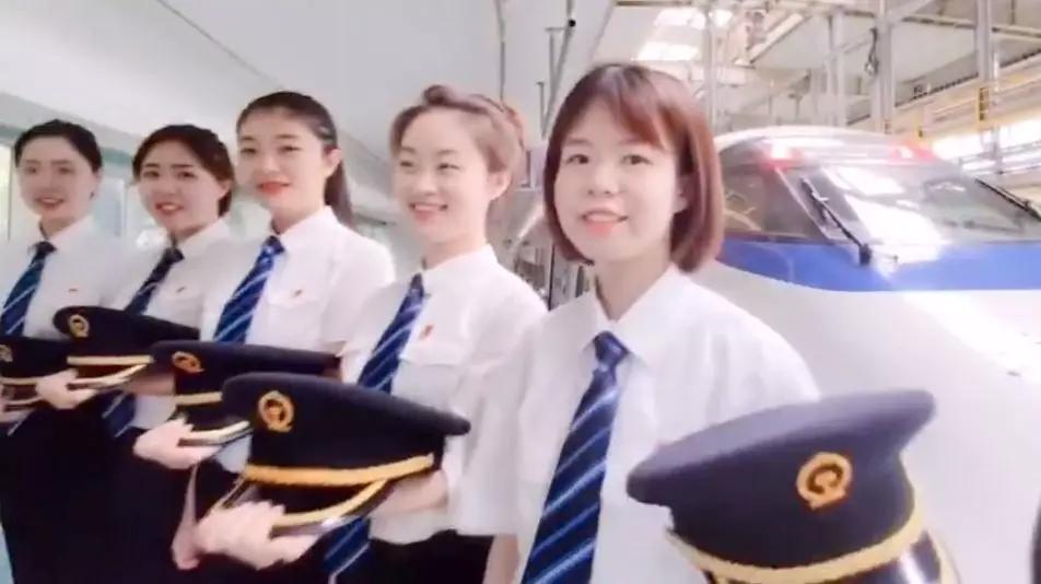 【荐读】首批动车组女司机来了!外国网友:又酷又美!