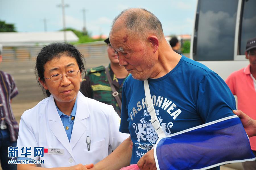 (国际)(1)首批老挝车祸受伤中国游客回国