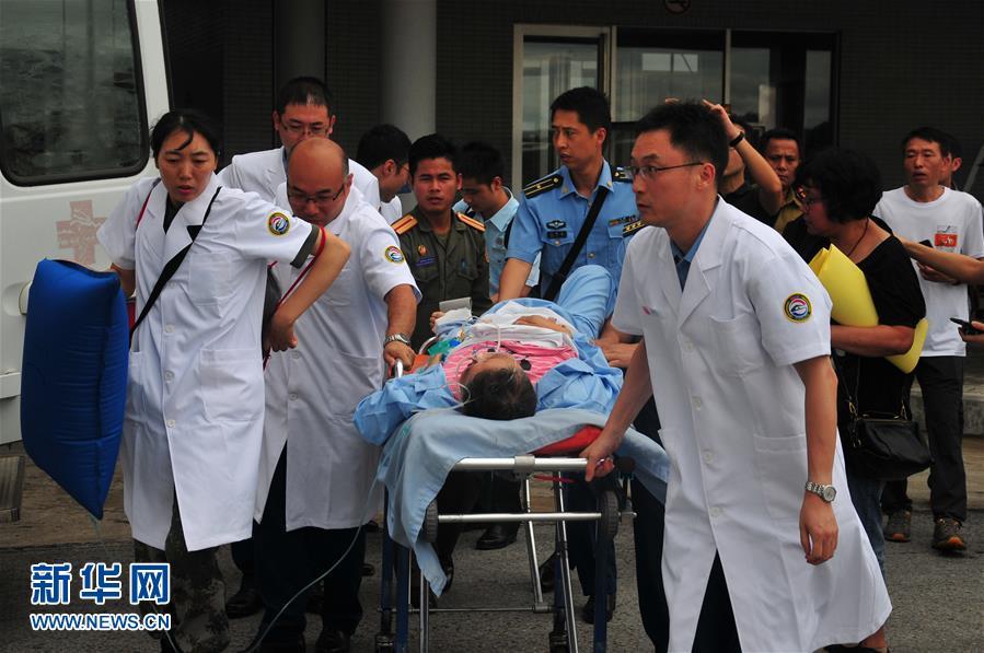 (国际)(2)首批老挝车祸受伤中国游客回国