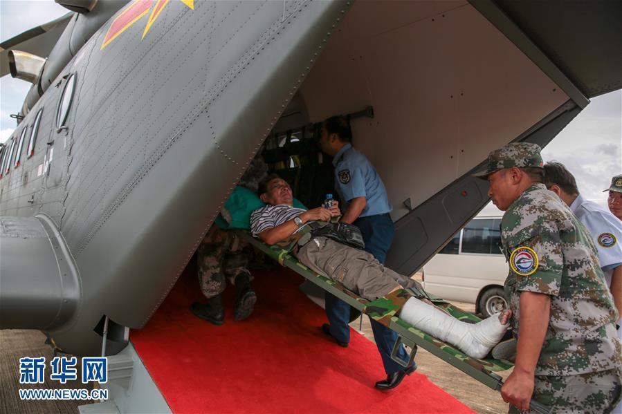 (国际)(3)首批老挝车祸受伤中国游客回国