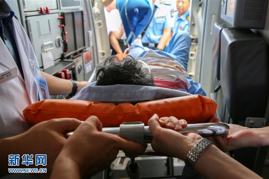(国际)(4)首批老挝车祸受伤中国游客回国
