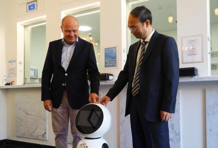 中国驻比利时使馆启用领事服务机器人