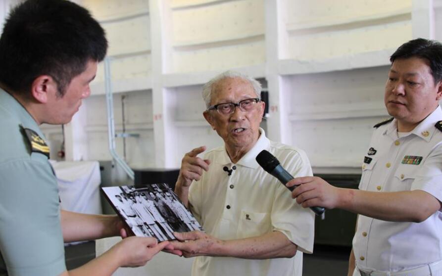 """""""我看到了当初梦想的样子""""——93岁海军初创见证人黄胜天实现70年夙愿"""