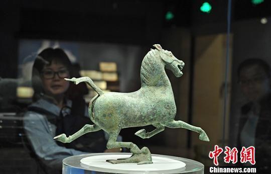 """图为出土自甘肃武威市境内的中国旅游标志——""""铜奔马""""。(资料图) 杨艳敏 摄"""
