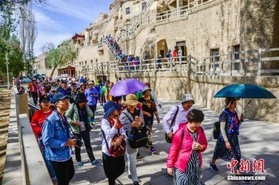 大批游人在莫高窟景区参观游览。王斌银 摄