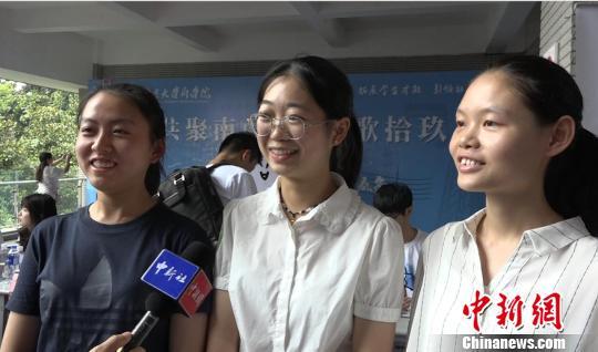 """南京大学""""被网红"""":新生报到首日""""乔英子""""扎堆"""