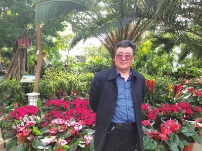 """扎根基层做农业科技致富的引路人——记兰州市首批""""首席专家""""李斌"""