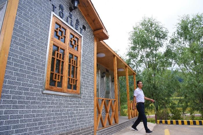 """甘肃甘南:""""厕所换新颜""""提升乡村旅游体验"""