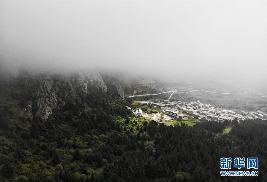 """雾中的""""石头城""""——扎尕那"""