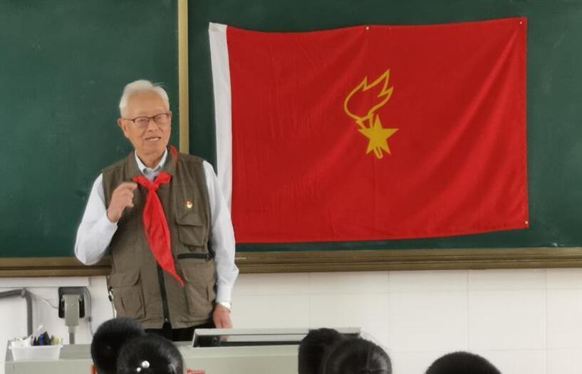 红领巾飘过70年——记新中国第一批少先队辅导员俞明德