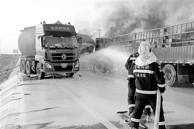 油罐车与半挂车相撞起火 玉门消防紧急扑救52分钟