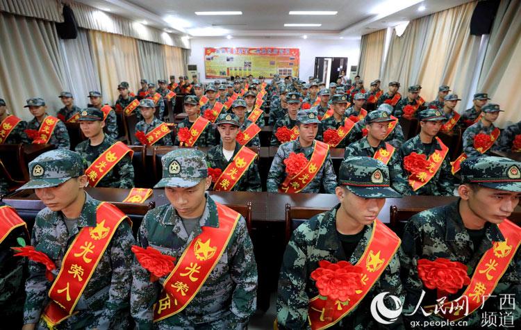 广西:新兵启程赴军营