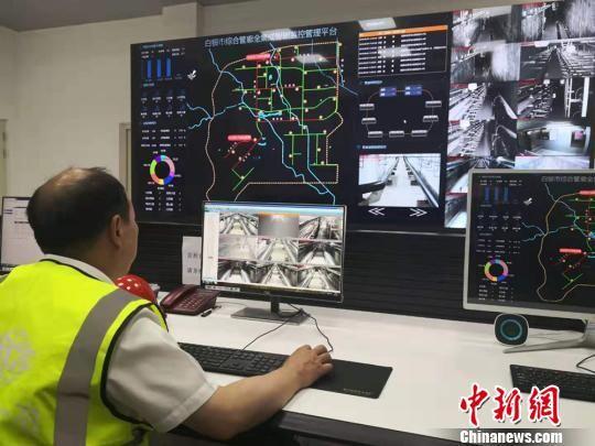 图为白银综合地下管廊总控室上班人员正在进行氧气、湿度、温度等监测。 高康迪 摄