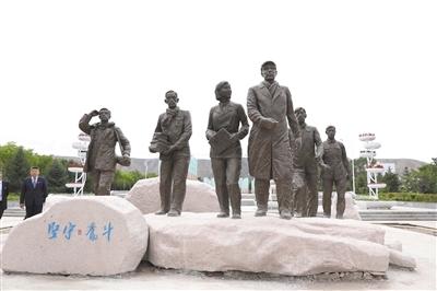 兰州大学《坚守·奋斗》主题雕塑揭幕