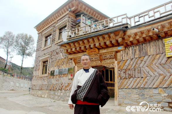 53岁的贡保扎西站是村里带头发展藏家乐的人(王甲铸/摄)