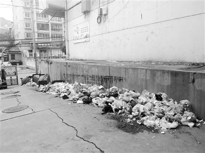 部分居民拒缴垃圾清运费 九州万泉小区门口垃圾成堆