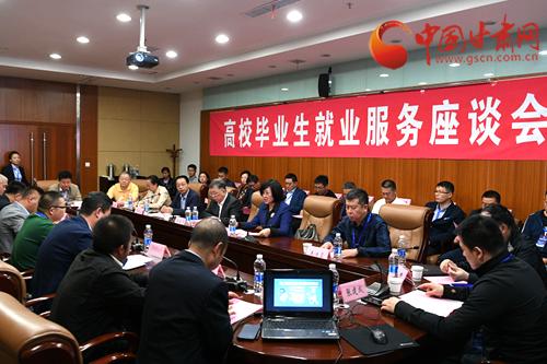 第十五届中国·兰州人才智力交流大会成功举办 何伟在招聘会现场调研