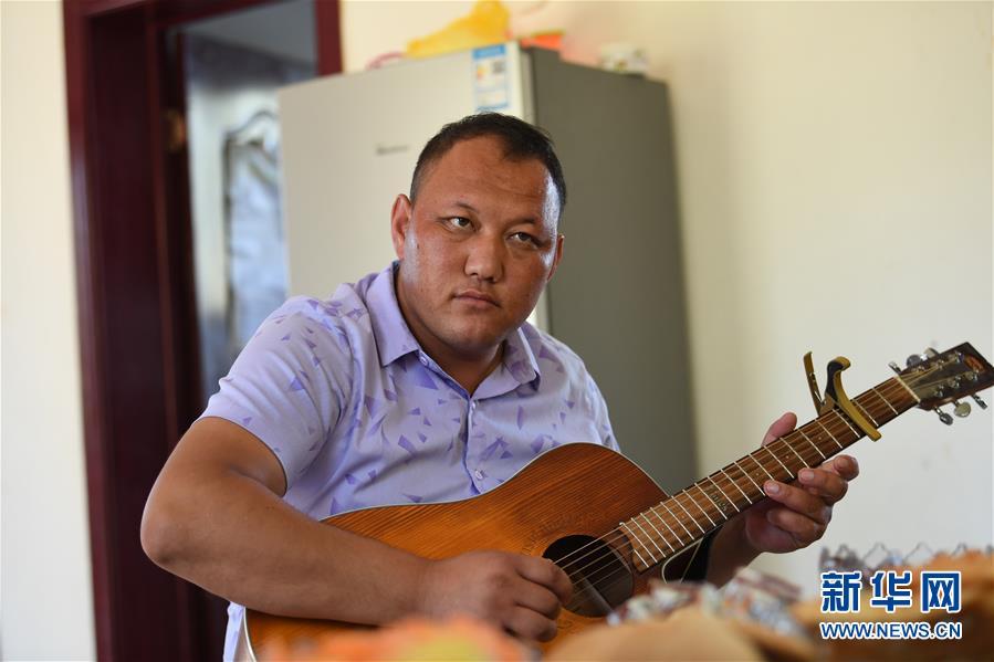 (新疆和平解放70年·图文互动)(1)从流浪草原到放歌时代——新疆阿肯弹唱登上新舞台