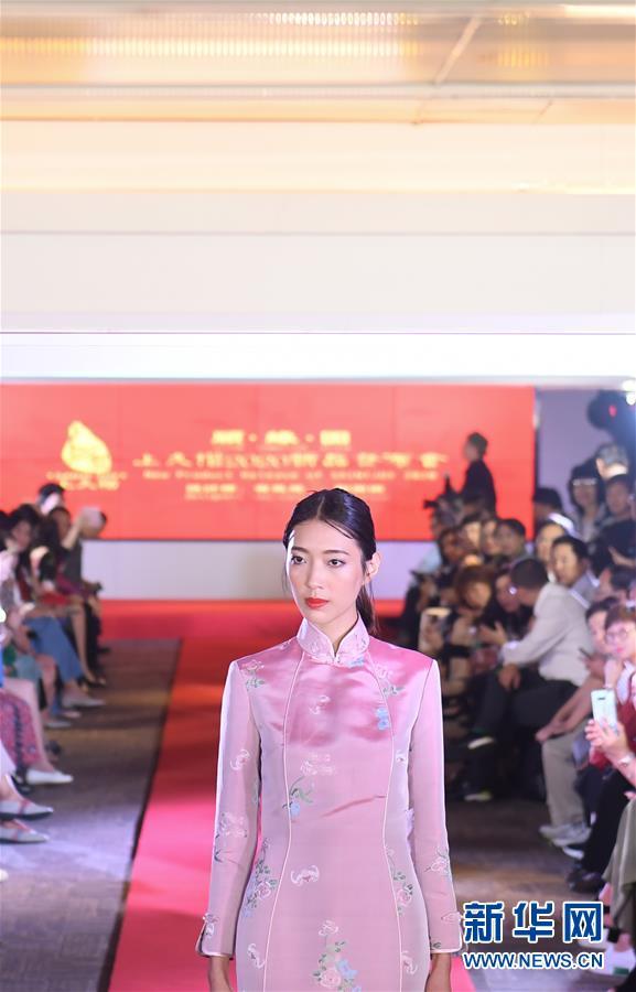 (社会)(2)宋锦主题服装秀在港举行