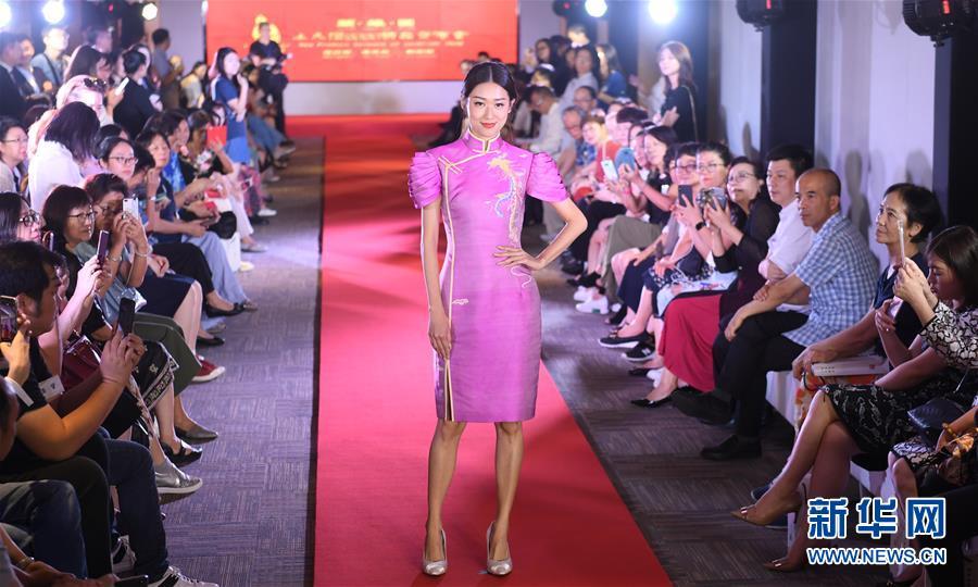 (社会)(4)宋锦主题服装秀在港举行