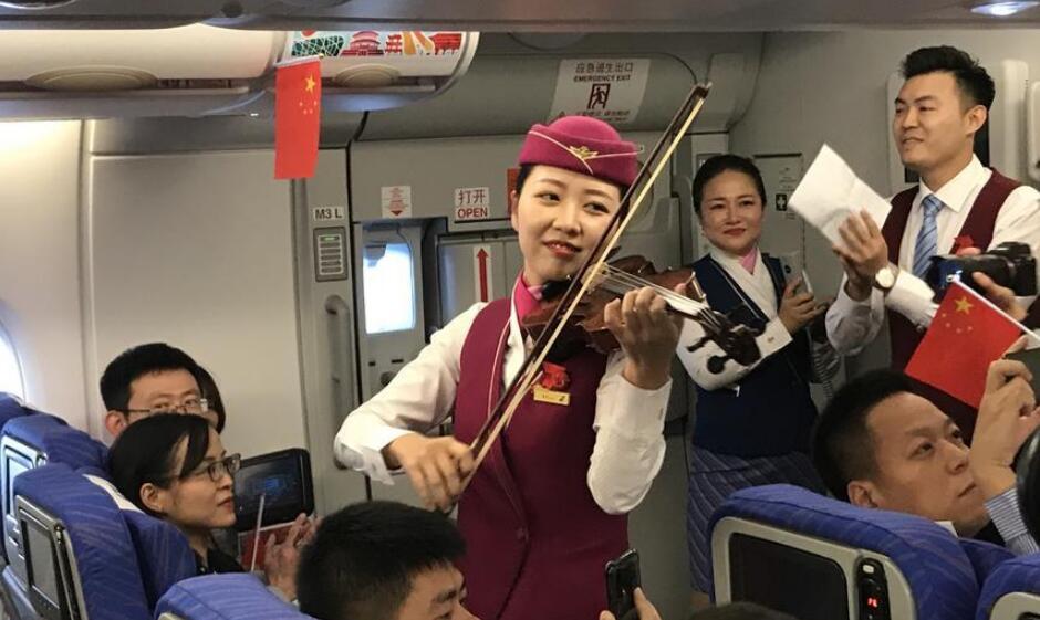 北京大兴国际机场首航航班上的欢乐时刻