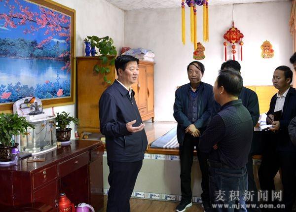 省人大常委会副主任王玺玉调研麦积区五龙镇脱贫攻坚工作(图)